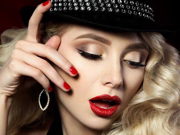 porträt der schönen jungen frau mit fashion make-up - goldenes augen make up stock-fotos und bilder
