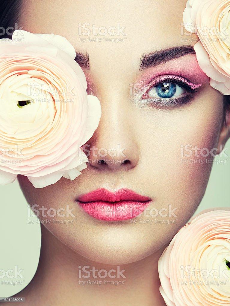 Portrait d'une belle jeune femme avec des fleurs  photo libre de droits