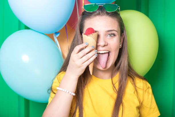 porträt der schönen jungen frau mit eis und bunten luftballons. - eis ballons stock-fotos und bilder