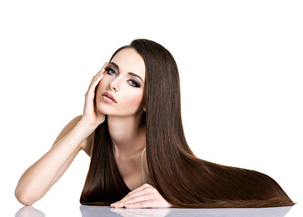 portrait de jolie jeune femme avec de longs cheveux bruns - cheveux lisses photos et images de collection