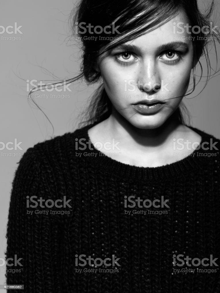 Porträt von Schönheit junge Brünette Frau Porträt in schwarze Mode Frauen pullover – Foto