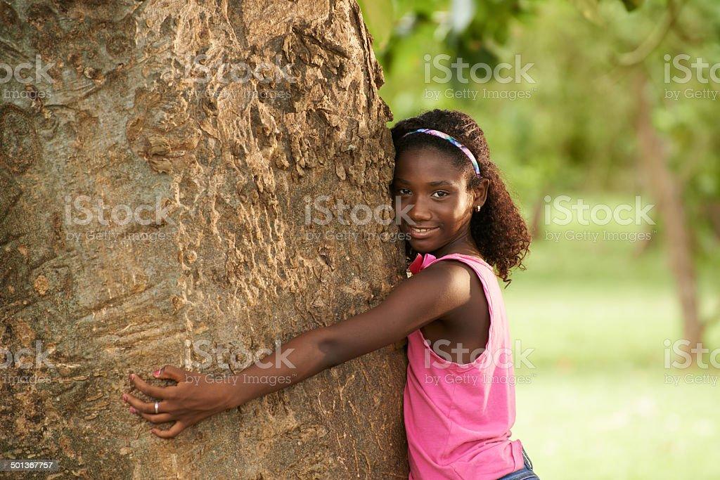 Porträt Schwarze Mädchen umarmen Baum und Umweltschützern Lächeln – Foto