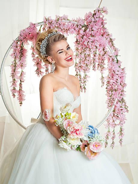 porträt von blondine braut in der innenseite - hochzeits make up blaue augen stock-fotos und bilder
