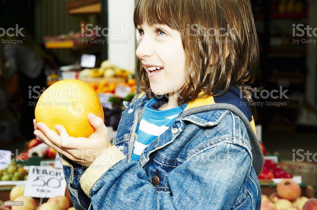 Portrait of boy holding fresh fruit foto stock royalty-free