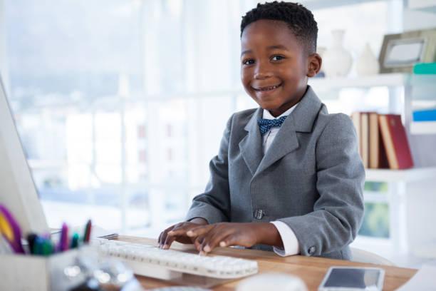 porträt eines jungen imitieren als geschäftsmann mit computer - letzter arbeitstag stock-fotos und bilder