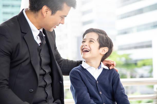 Porträt eines jungen Vaters mit attraktiven Lächeln auf. Business-Mann im Gespräch mit seinem Sohn glücklich Rührung. – Foto