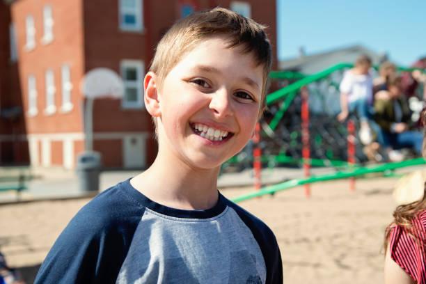 Porträt eines jungen spielen im Schulhof in der Pause... – Foto