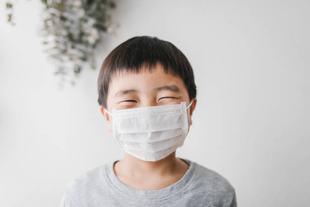 Retrato de menino usando máscara - foto de acervo