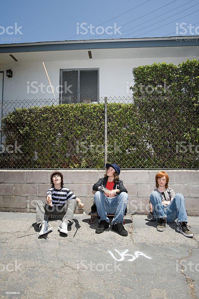 Retrato de meninos navegação em uma rua foto de stock royalty-free
