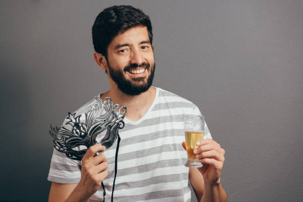 porträt des brasilianischen karneval kostüm mann - bier kostüm stock-fotos und bilder