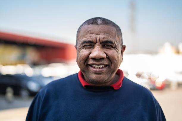 직장에서 브라질 남자의 초상화 - 남미 문화 뉴스 사진 이미지
