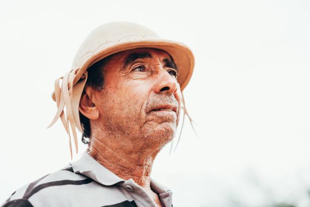 retrato do cowboy do nordeste brasileiro que desgasta seu chapéu de couro típico. - nordeste - fotografias e filmes do acervo