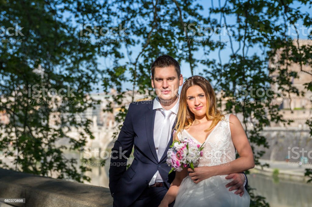 Portrait of bride and groom posing on the streets of Rome, Italy foto stock royalty-free