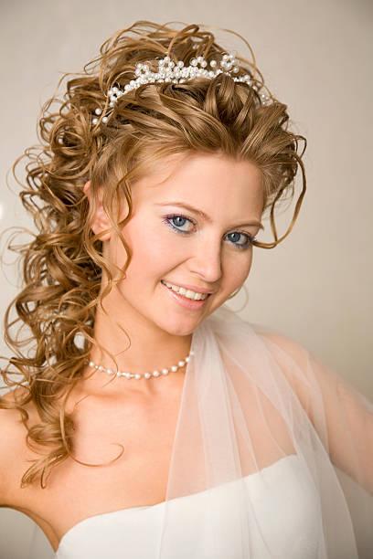 porträt der braut mit diadem auf ihrem kopf xl - hochzeitskleid xl stock-fotos und bilder