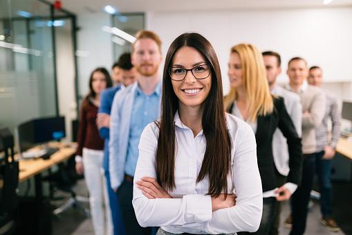 비즈니스 팀 사무실에서 포즈의 초상화 Employee에 대한 스톡 사진 및 기타 이미지