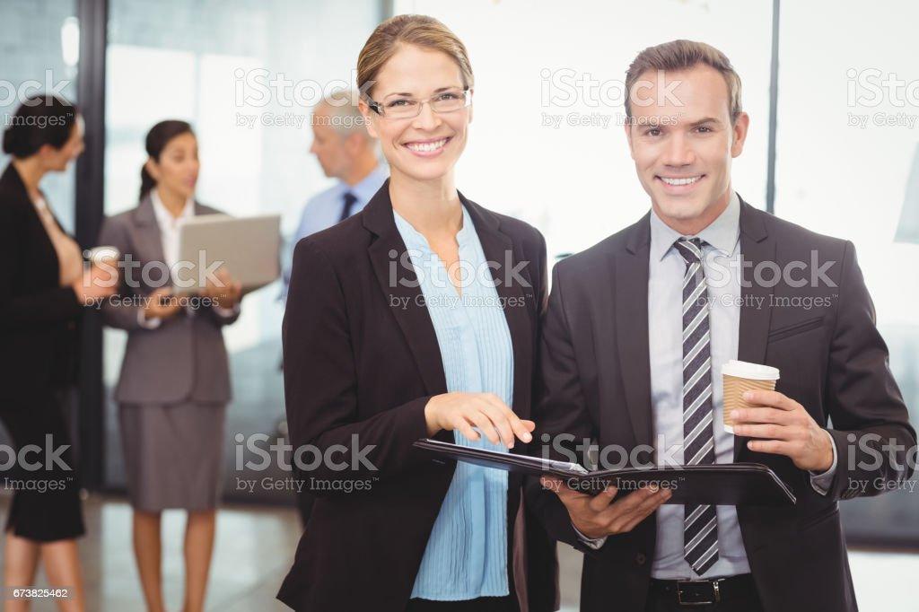 Portrait de l'homme d'affaires et femme d'affaires détenant des fichiers photo libre de droits