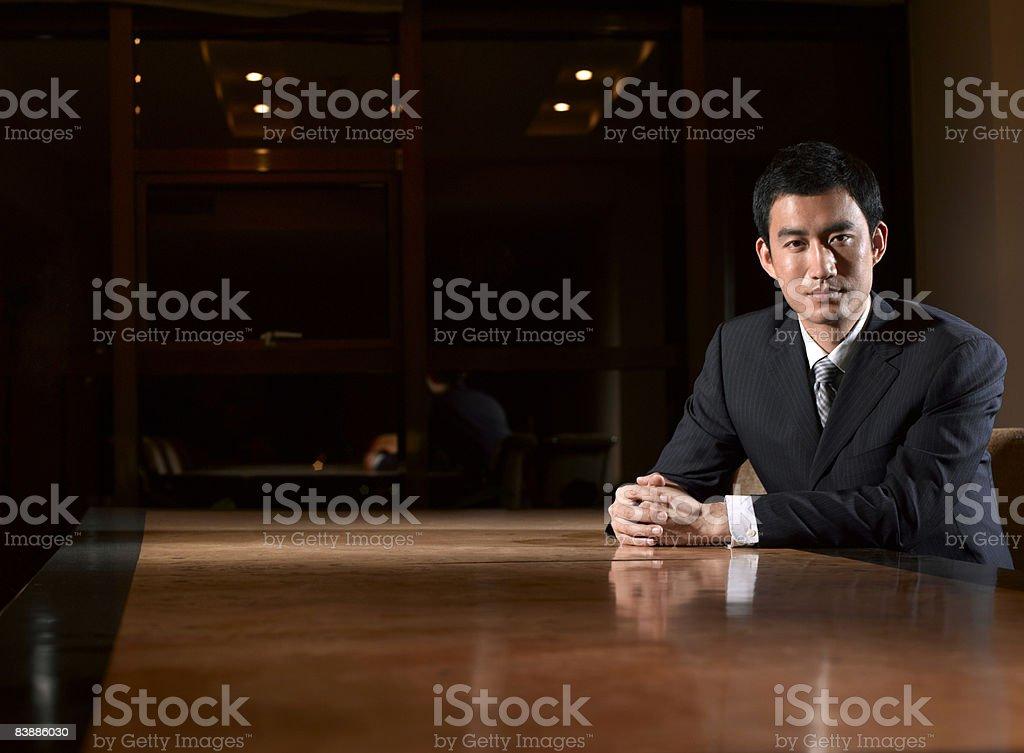 Portret Biznesmen w tabeli. zbiór zdjęć royalty-free