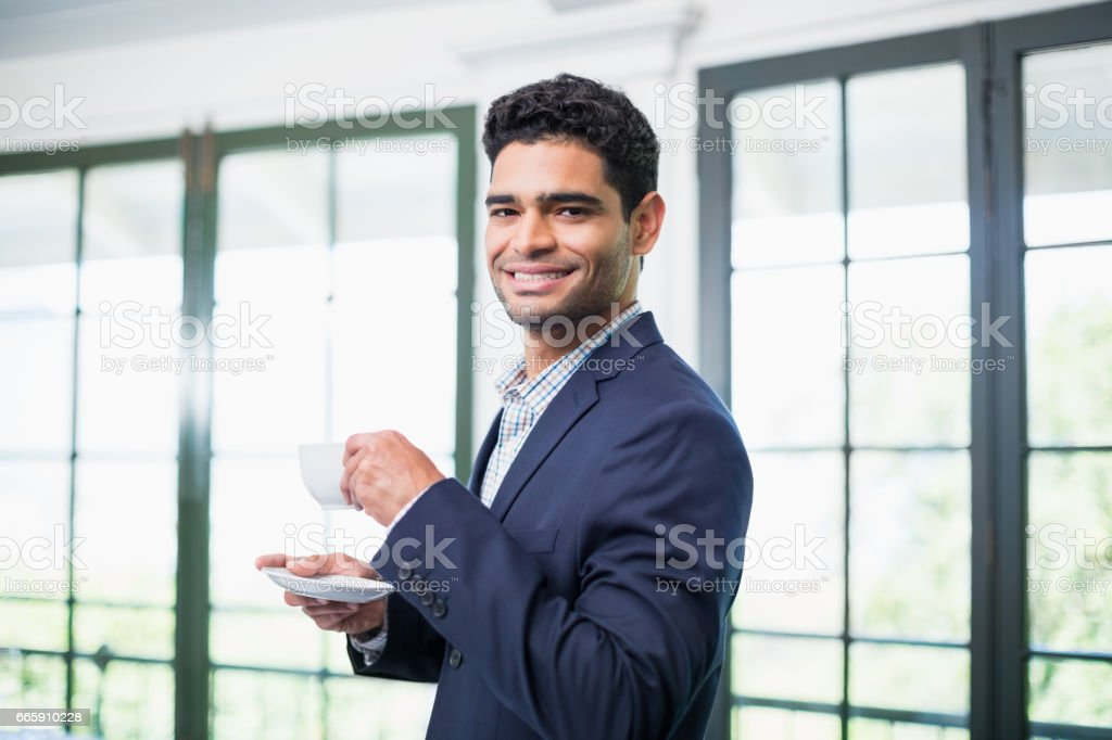 Portrait of businessman holding coffee cup foto stock royalty-free