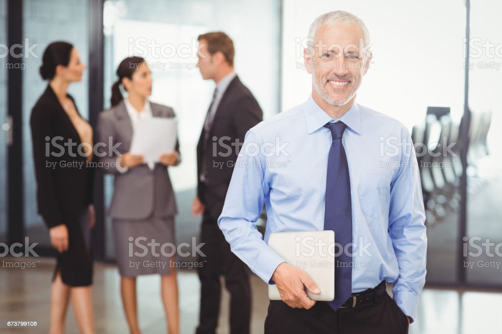 Portrait d'homme d'affaires détenant tablette numérique photo libre de droits
