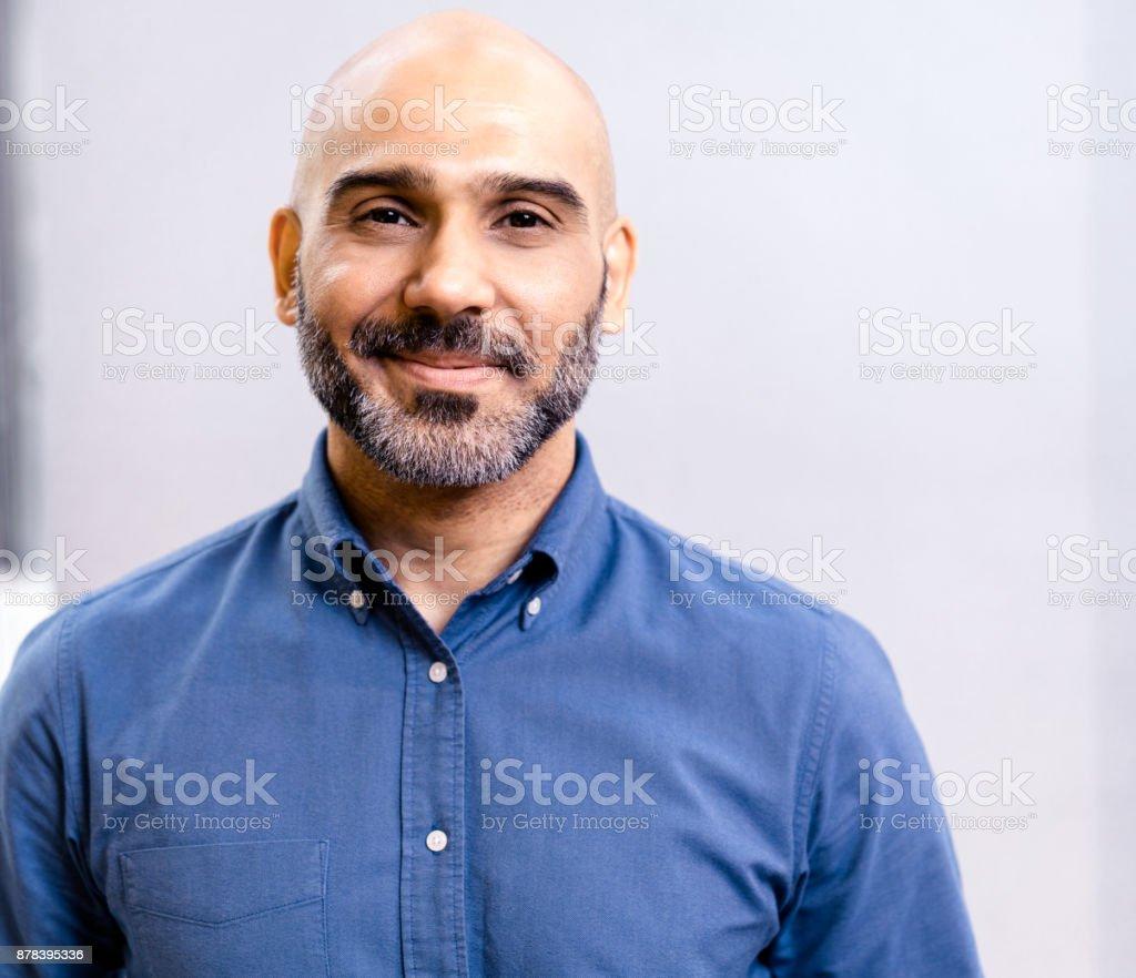 Portrait d'homme d'affaires, souriant contre mur - Photo de 40-44 ans libre de droits