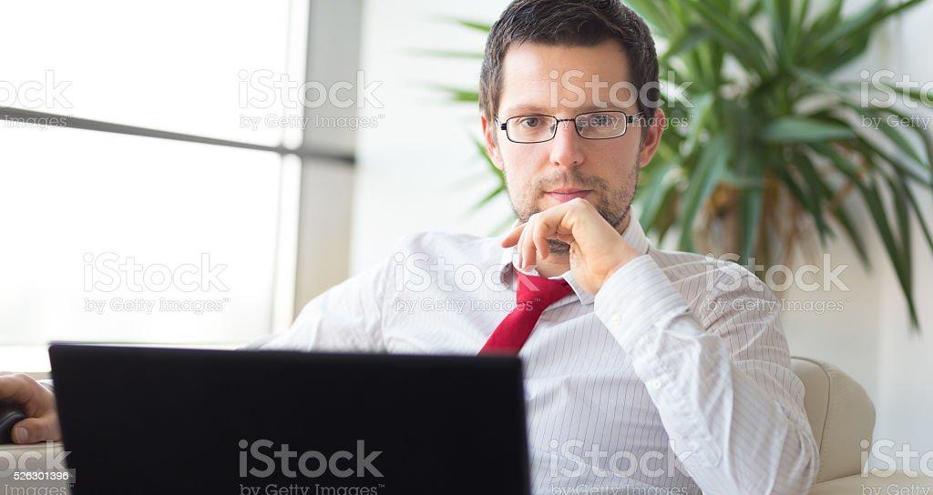 Porträt von Geschäftsmann arbeiten mit laptop-computer Lizenzfreies stock-foto