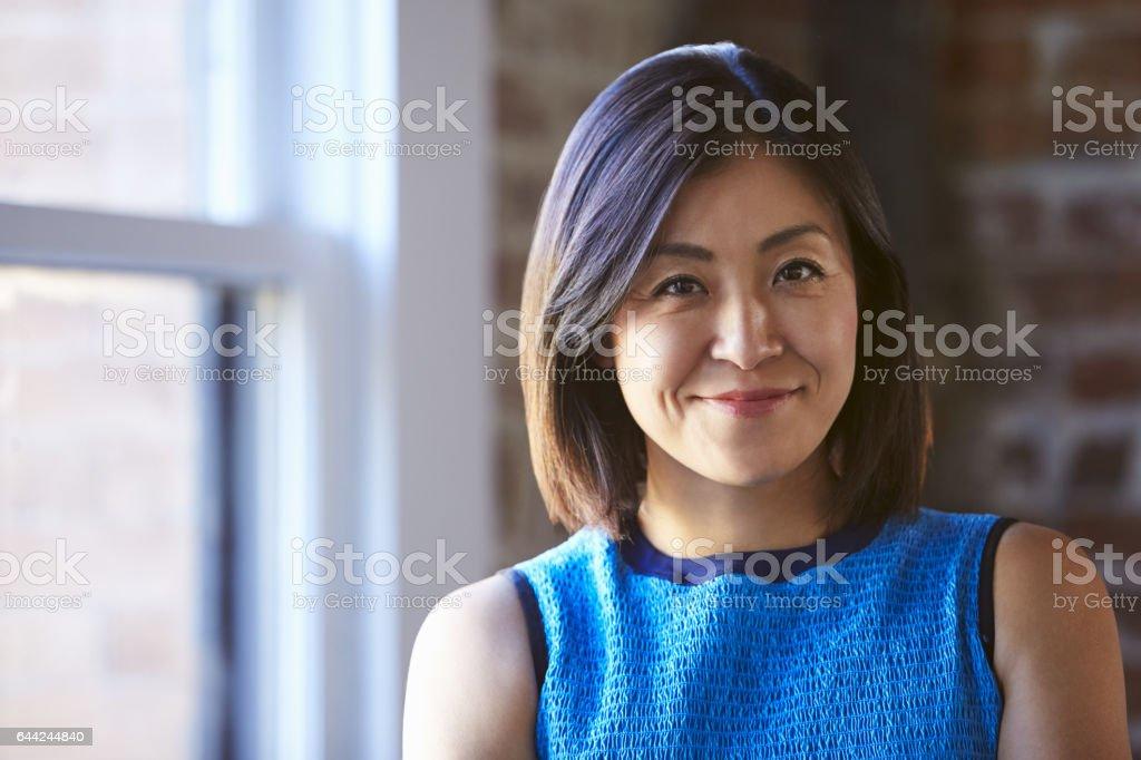 Porträt der Geschäftsfrau im Büro Fenster stand – Foto