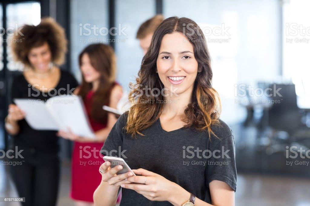 女商人短信在智慧手機上的肖像 免版稅 stock photo