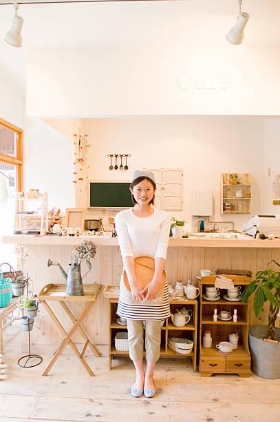 カフェのスタッフのポートレート - 小売販売員 ストックフォトと画像
