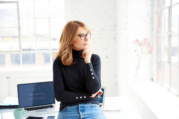 Porträt von lässig Geschäftsfrau tief in Gedanken stehen im Büro – Foto