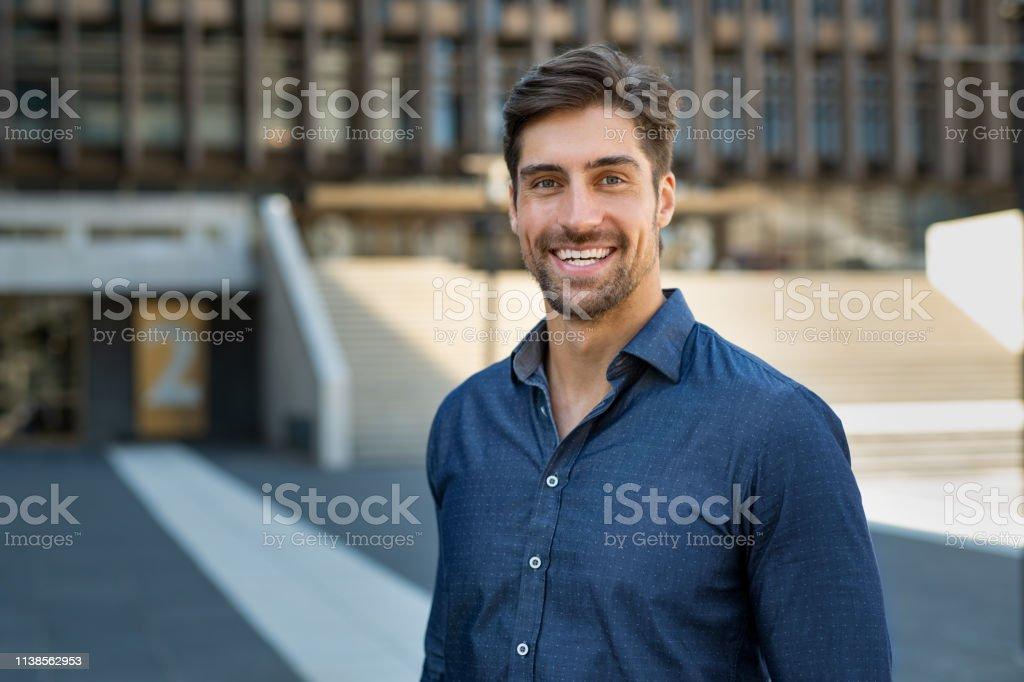 隨意微笑的人的畫像 - 免版稅20多歲圖庫照片