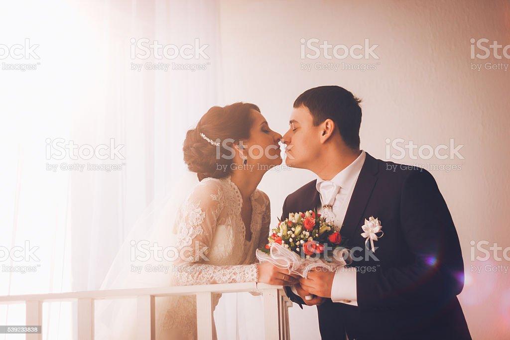 Caucásica Retrato de novio y novia abrazar foto de stock libre de derechos