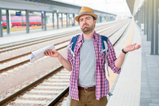 Portrait de mâle caucasien dans la gare ferroviaire - Photo