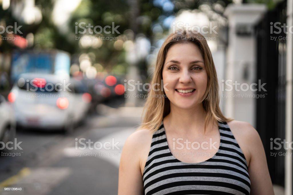 Retrato de mujer caucásica en la calle - foto de stock