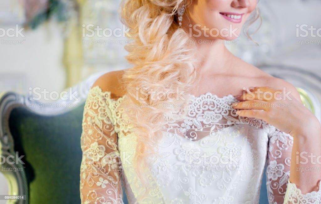 Retrato de mujer con encanto en vestido de novia. Primer plano del escote. - foto de stock