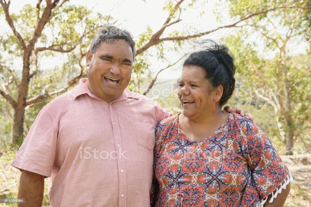 Porträt von fröhlichen Aborigines reifes Paar – Foto