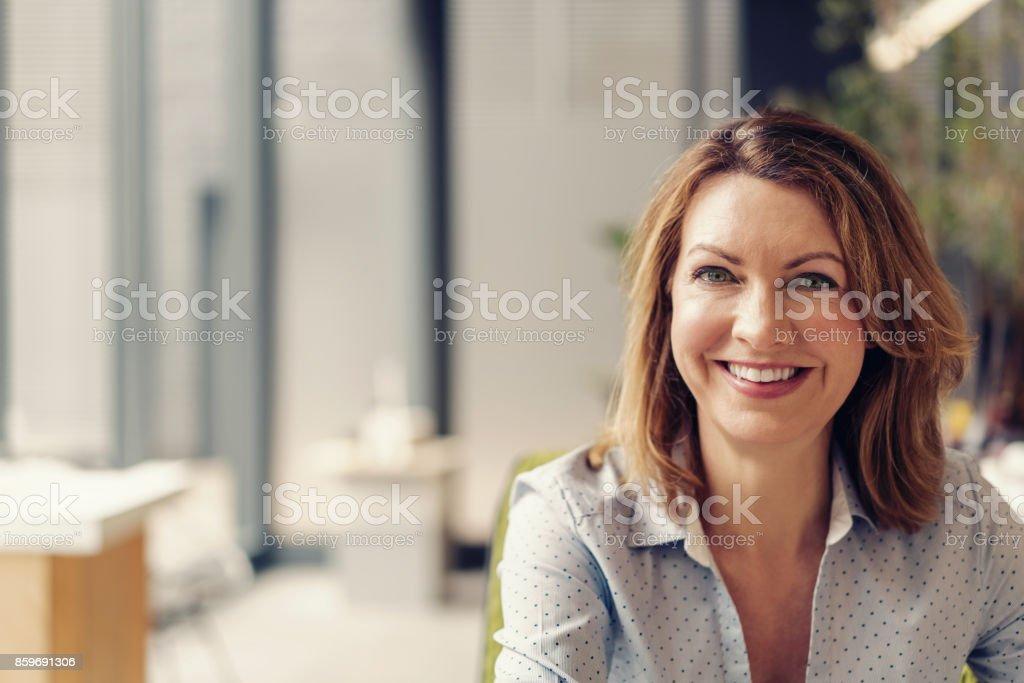 Porträt von fröhlichen Geschäftsfrau im Büro – Foto