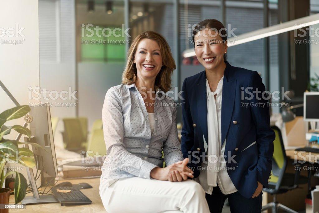 Porträt von fröhlichen weiblichen Kollegen – Foto