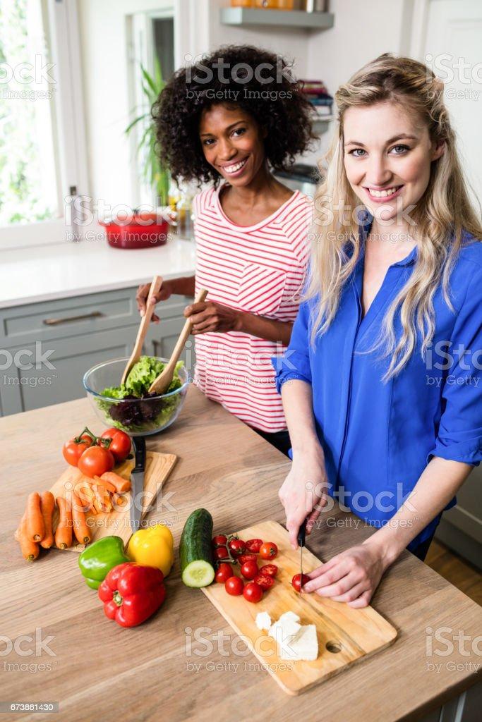 Portrait de joyeux amis préparer la nourriture photo libre de droits