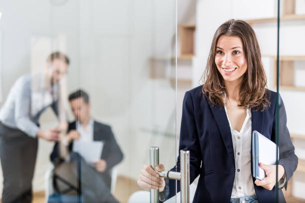 Retrato de alegre profesional femenina moderna en la oficina moderna - foto de stock