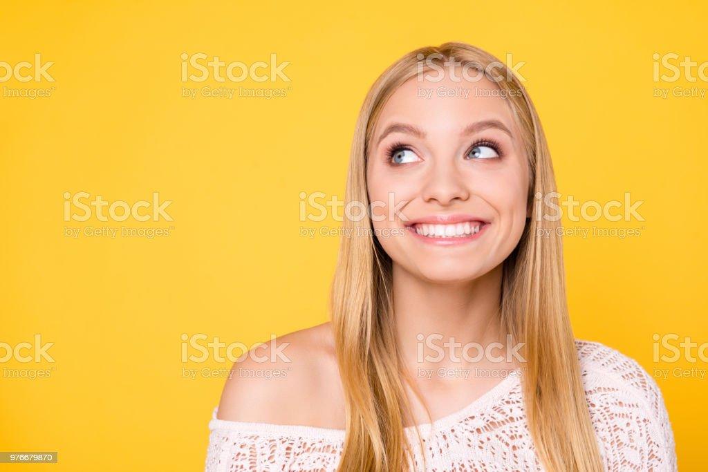 Porträt von fröhlichen toothy Mädchen mit nackte Schulter mit Augen an Exemplar leeren Ort mit weißen gerade gesunde Zähne auf gelbem Hintergrund isoliert - Lizenzfrei Aufregung Stock-Foto