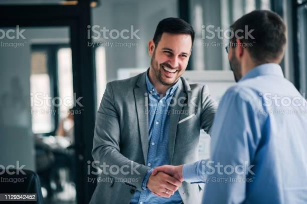 Porträt Der Fröhliche Junge Manager Handshake Mit Neuer Mitarbeiter Stockfoto und mehr Bilder von Geschäftsleben