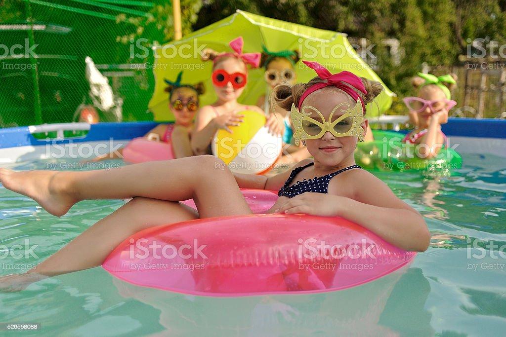 Retrato de crianças na piscina no verão - foto de acervo
