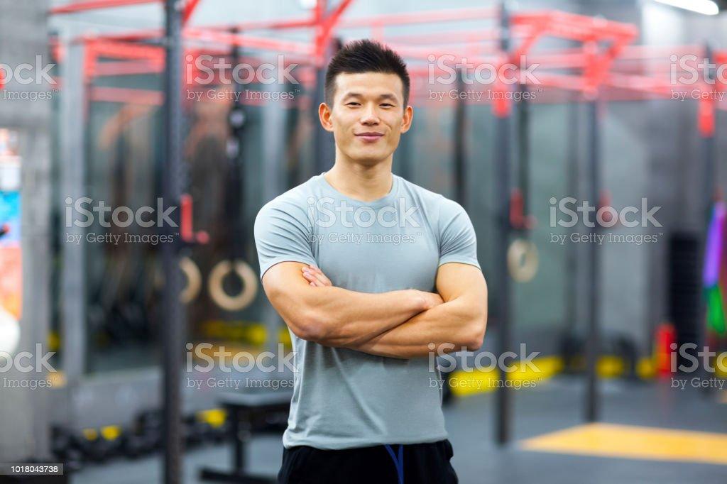 Porträt des chinesischen persönlichen Trainer im Fitness-Studio – Foto