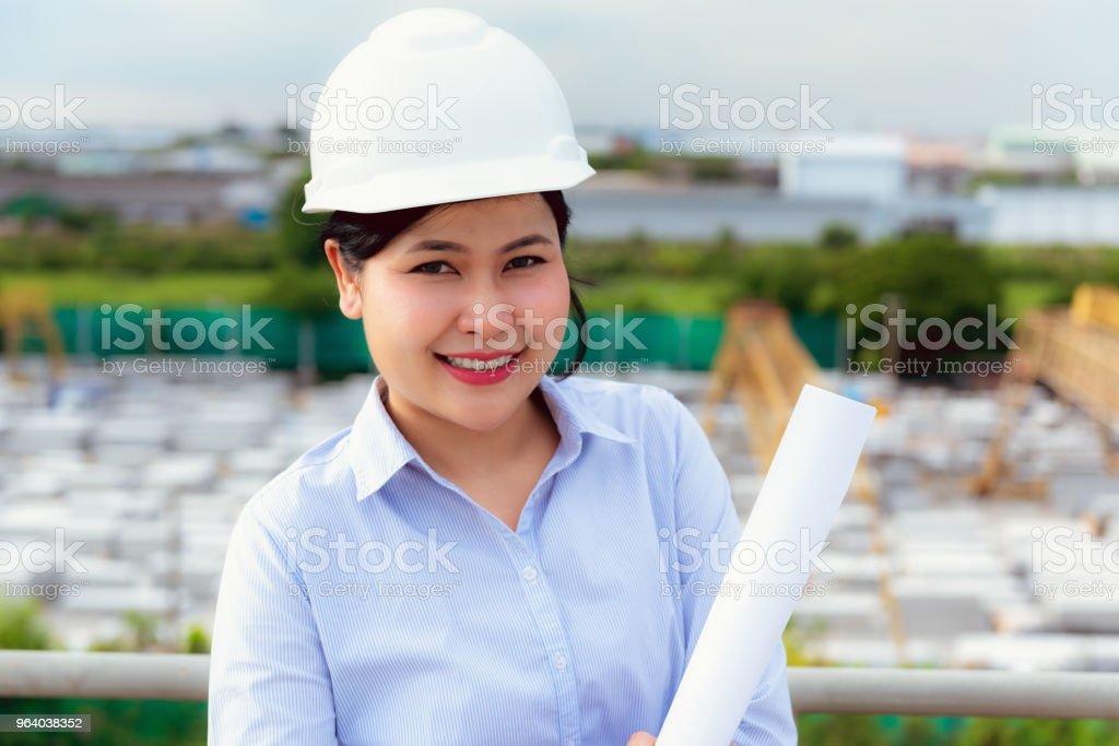 土木工事現場の前に女性の肖像画 - エンジニアのロイヤリティフリーストックフォト