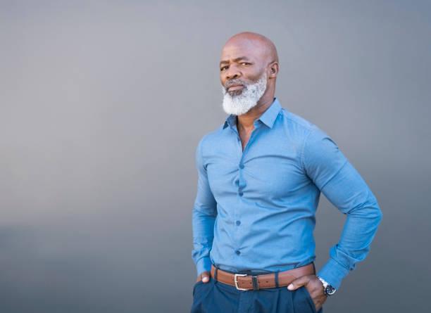 retrato de homem africano americano confiante contra parede cinza - da cintura para cima - fotografias e filmes do acervo