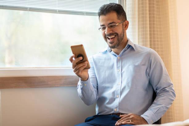 스마트 폰을 사용하여 자신감 사업가의 초상화 - 한 명의 성년 남자만 뉴스 사진 이미지