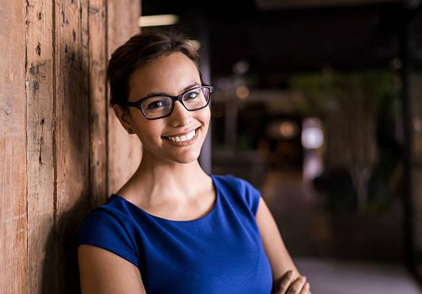 retrato de mulher de negócios confiante contra uma parede de madeira - 35 39 anos - fotografias e filmes do acervo