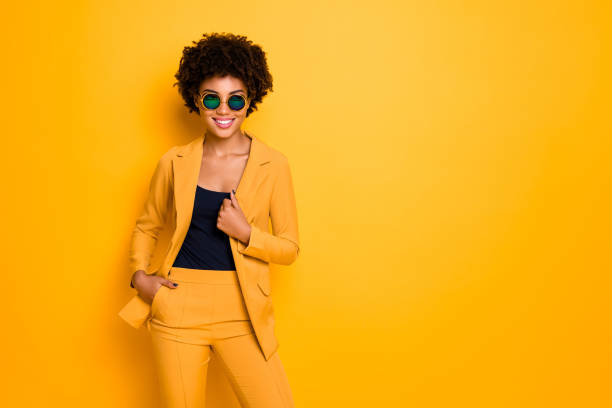 portret van zelfverzekerde koele zoete mooie donkere huid meisje droom gevoel inhoud expressies dragen stijlvolle outfit geïsoleerd over gele kleur achtergrond - men blazer stockfoto's en -beelden