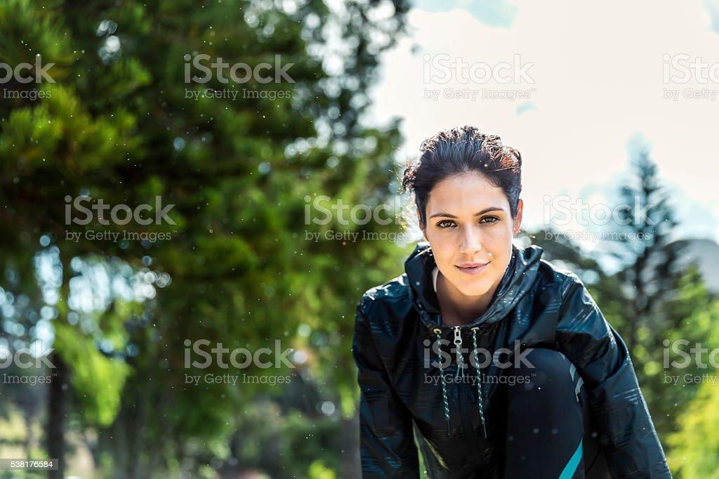 Porträt von zuversichtlich weibliche Athleten im park - Lizenzfrei 25-29 Jahre Stock-Foto