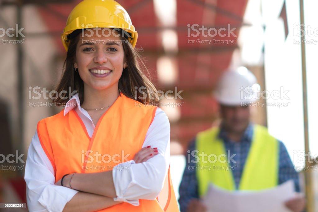 Porträt von zuversichtlich weibliche Bauarbeiter auf der Baustelle – Foto